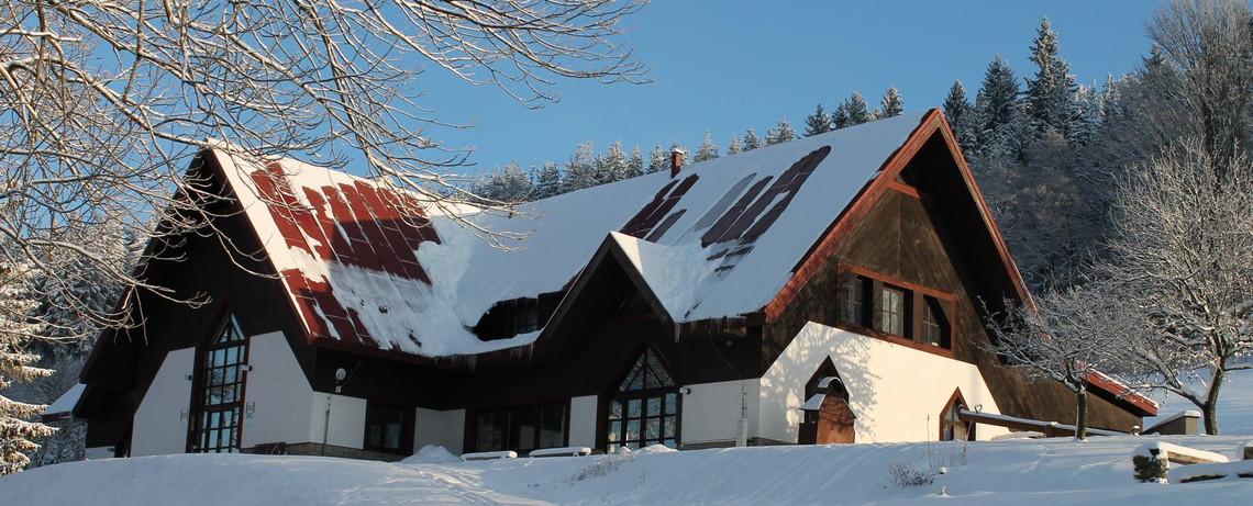 Zimní fotka hlavní budovy
